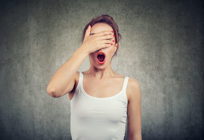 Vrouw die een fout maken voelend onhandig in misverstand royalty-vrije stock afbeelding
