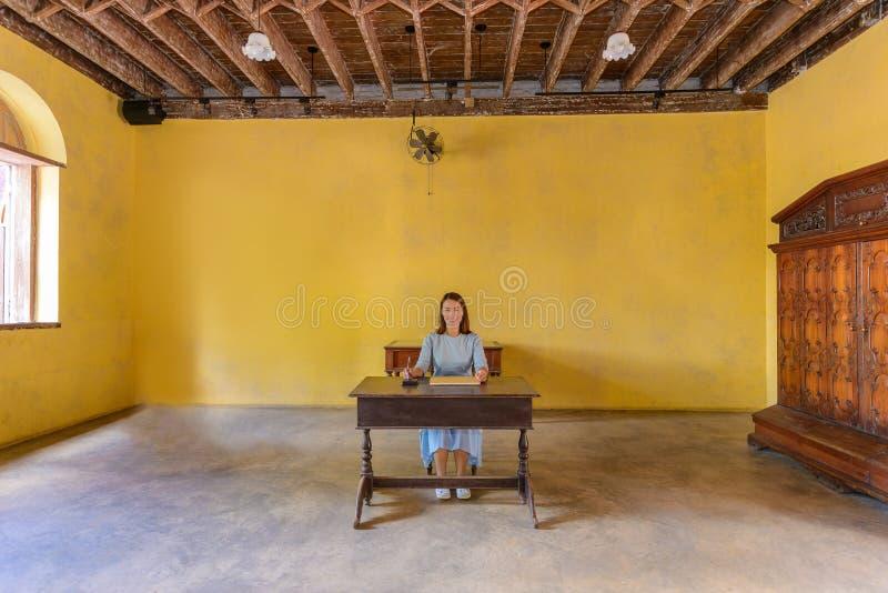 Vrouw die een gastboek met een pen ondertekenen royalty-vrije stock foto