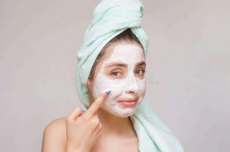 Vrouw die een gezichtsmasker toepassen De zorg van de gezichtshuid Huidbehandeling stock foto's