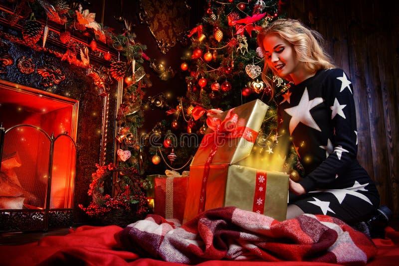 Vrouw die een gift openen royalty-vrije stock afbeelding