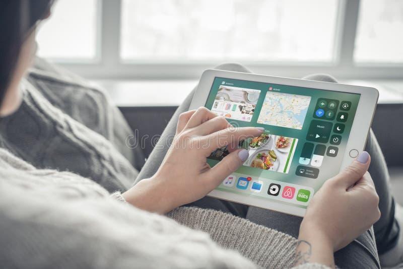 Vrouw die een gloednieuw Prozilver van Apple gebruiken iPad stock afbeeldingen