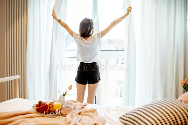 Vrouw die een goedemorgen hebben bij de slaapkamer royalty-vrije stock fotografie