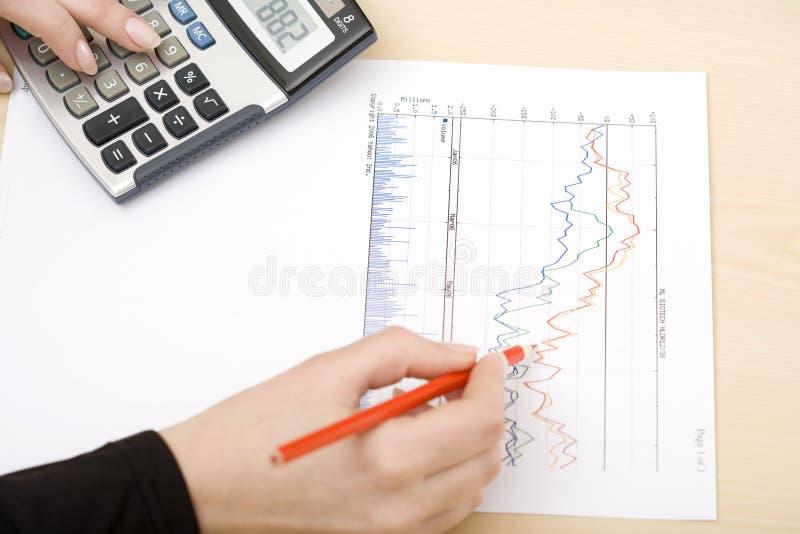 Vrouw die een grafiek trekt stock fotografie