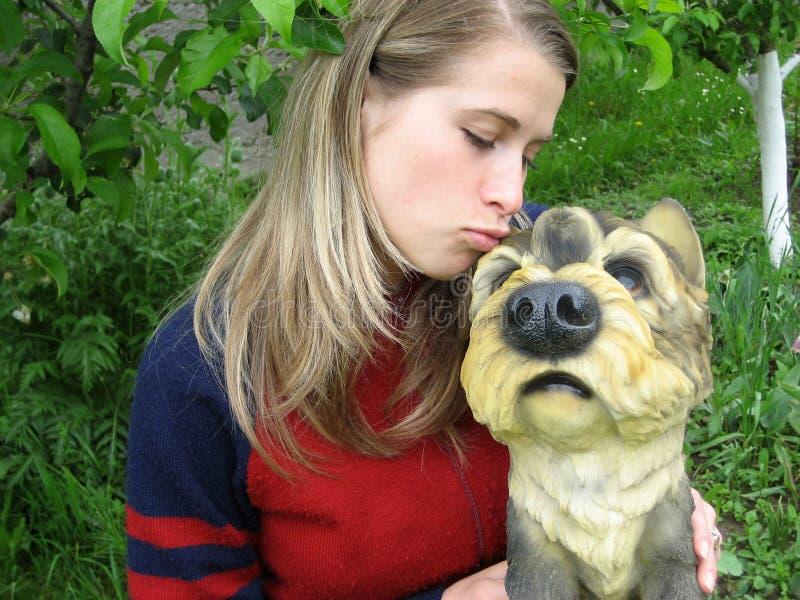 Vrouw die een grappige hond kust stock foto's