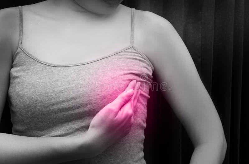 Vrouw die een grijze spaghettiriem dragen die haar borst met rode vlek, zwart-witte toon, Concept controleren borst zelf-examen royalty-vrije stock fotografie