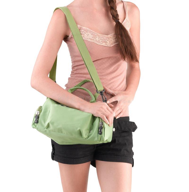 Vrouw die een groene canvashandtas dragen stock foto