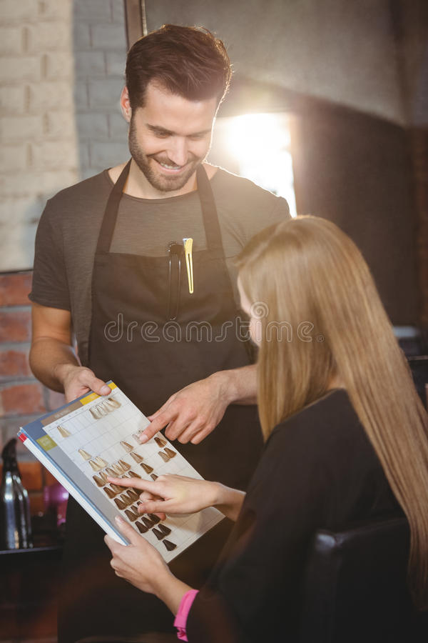 Vrouw die een haarkleur met stilist selecteren stock foto's