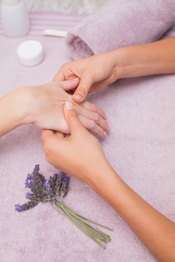 Vrouw die een handmassage krijgt royalty-vrije stock afbeelding