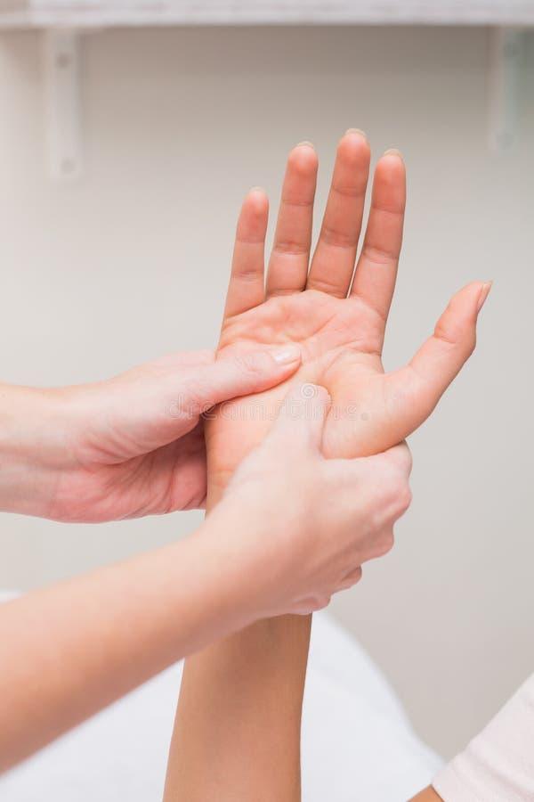 Vrouw die een handmassage krijgt royalty-vrije stock foto's