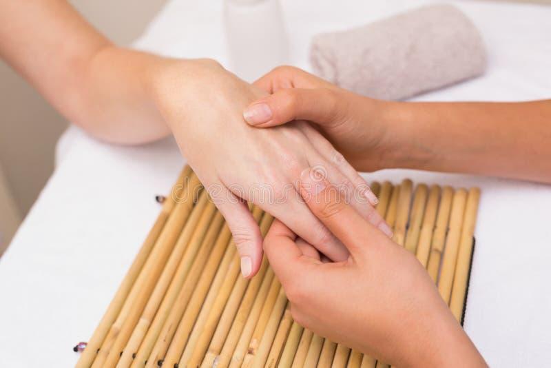 Vrouw die een handmassage krijgt royalty-vrije stock foto
