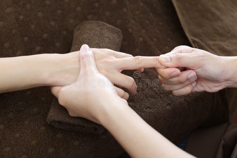 Vrouw die een handmassage krijgt royalty-vrije stock afbeeldingen