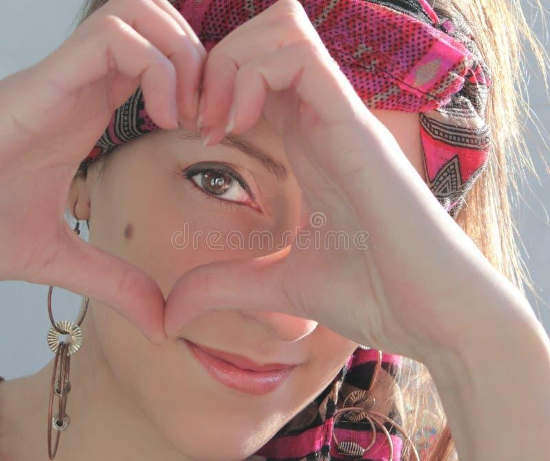 Vrouw die een hart doen stock afbeelding