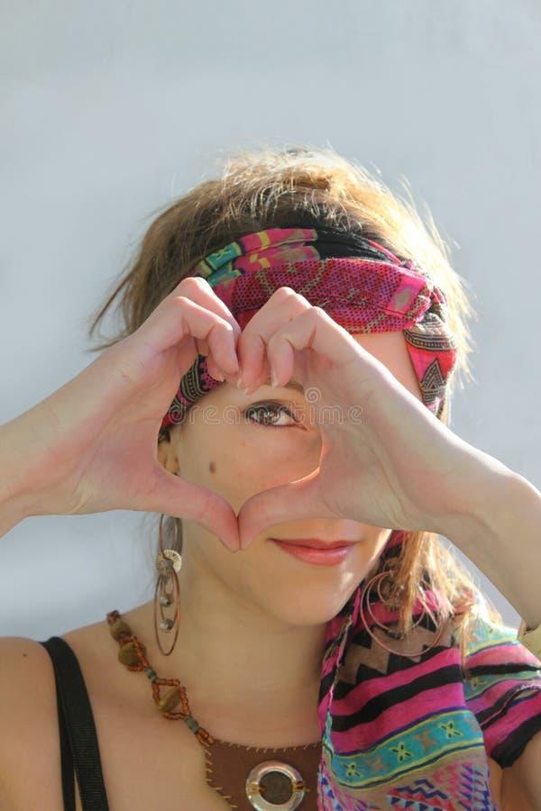 Vrouw die een hart met handen doen stock afbeelding