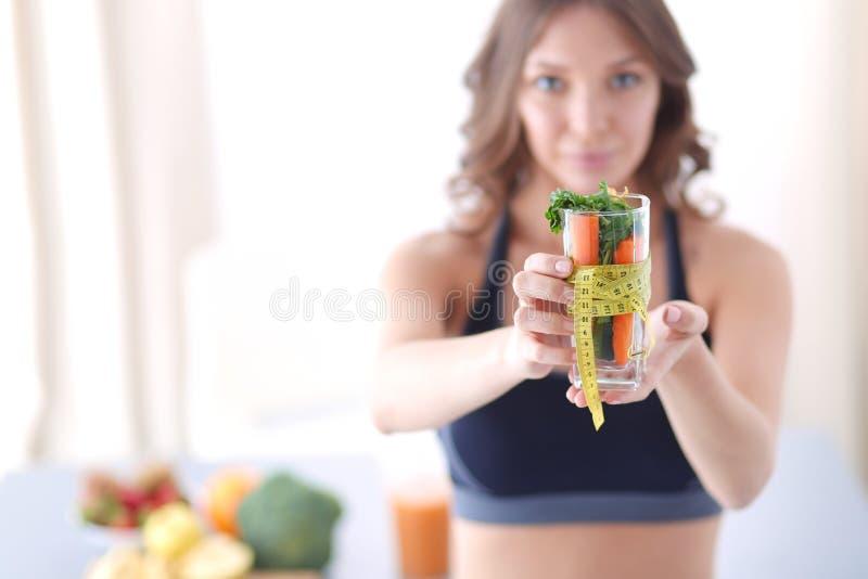 Download Vrouw Die Een Het Drinken Glashoogtepunt Van Verse Fruitsalade Met Een Meetlint Houden Rond Het Glas Stock Afbeelding - Afbeelding bestaande uit fruit, organisch: 107702645