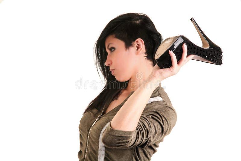 Vrouw die een hielschoen gebruiken als wapen royalty-vrije stock foto's