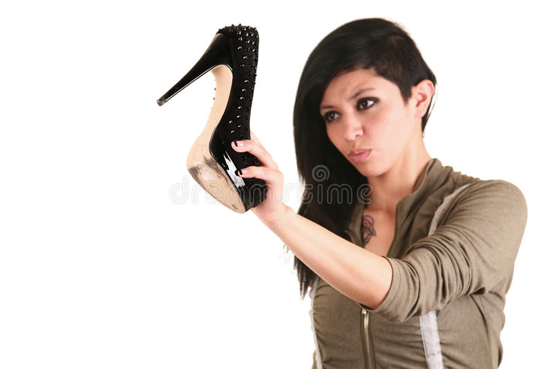 Vrouw die een hielschoen gebruiken als wapen royalty-vrije stock fotografie