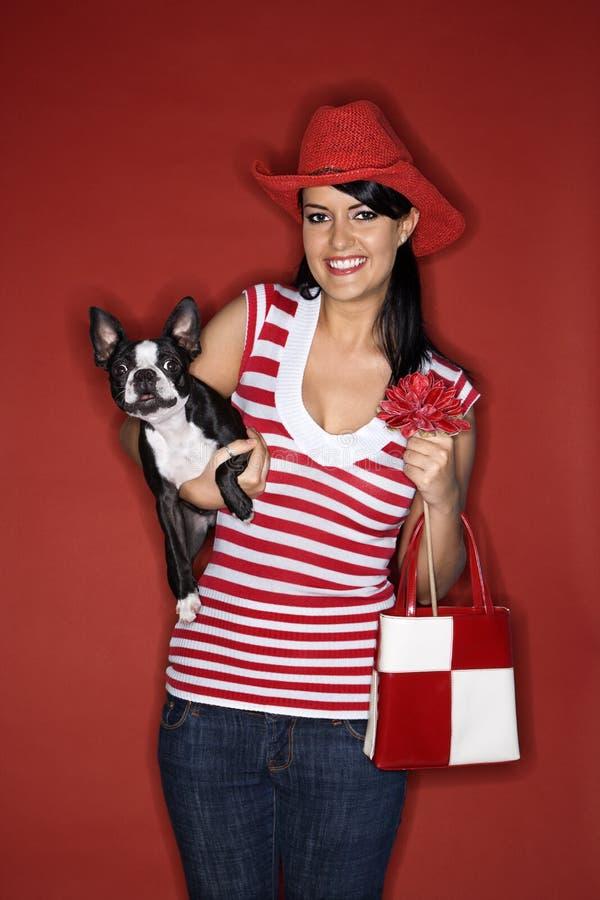 Vrouw die een hond houdt. royalty-vrije stock afbeeldingen