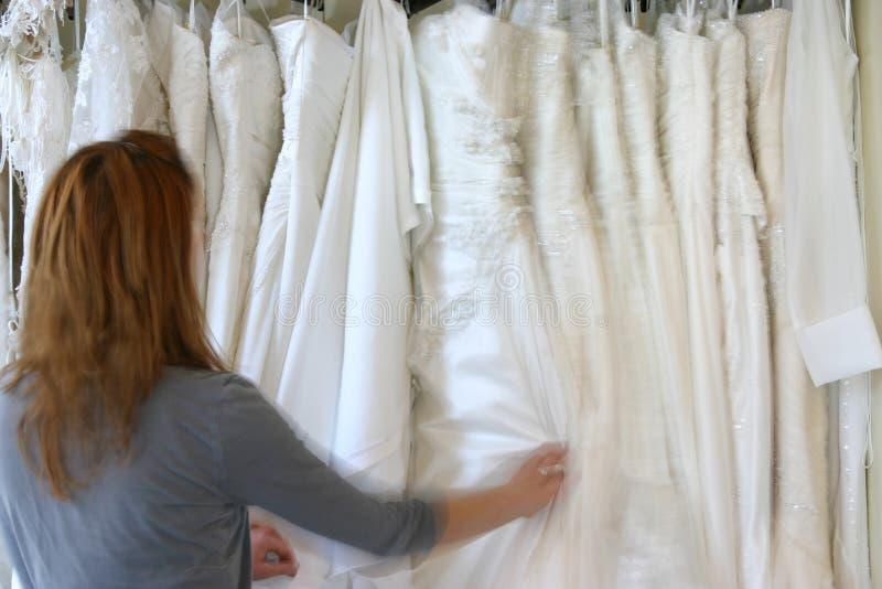 Vrouw die een huwelijkskleding kiest royalty-vrije stock fotografie