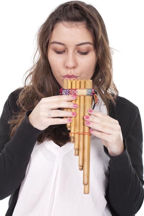 Vrouw die een Indische fluit speelt stock afbeelding