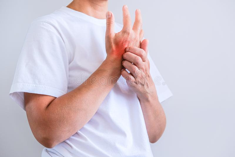 Vrouw die een jeuk krassen Gevoelige Huid, de symptomen van de Voedselallergie, Irritatie stock afbeeldingen