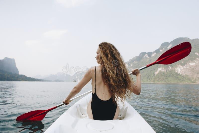 Vrouw die een kano paddelen door een nationaal park royalty-vrije stock foto