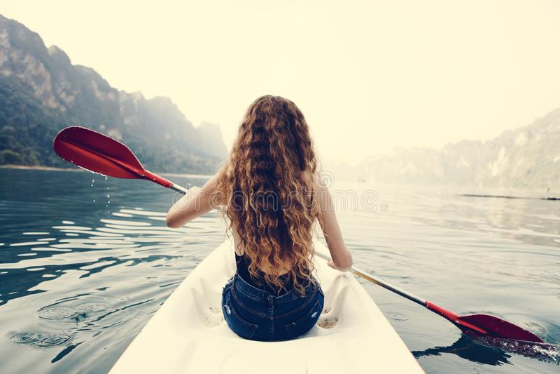 Vrouw die een kano paddelen door een nationaal park royalty-vrije stock afbeeldingen