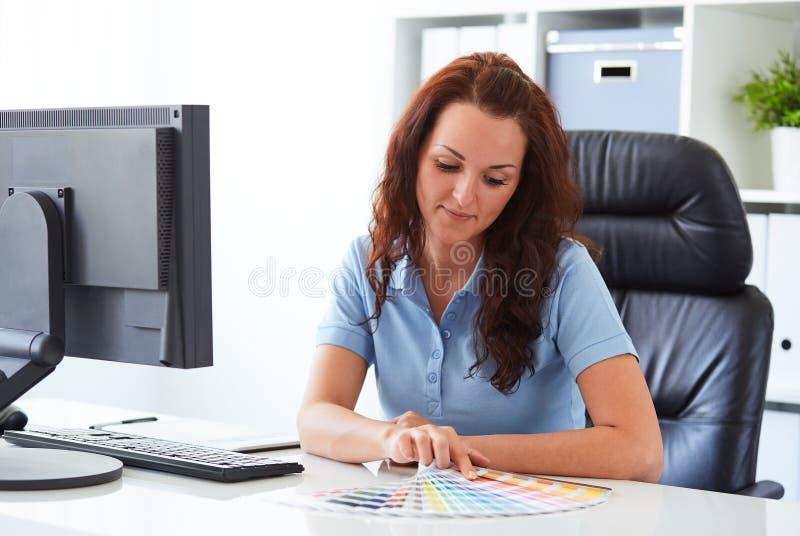 Vrouw die een kleur kiezen stock foto