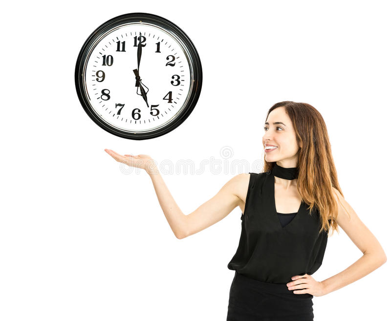 Vrouw die een klok tonen stock foto's