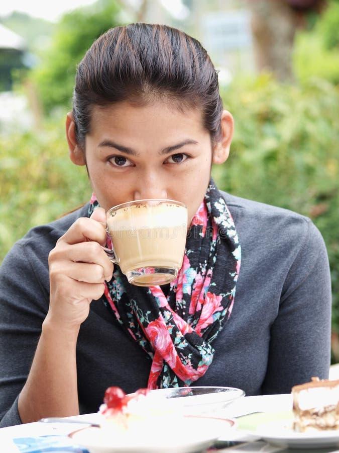 Vrouw die een koffie drinkt royalty-vrije stock foto