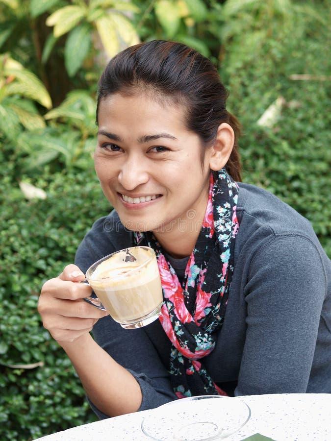 Vrouw die een koffie drinkt royalty-vrije stock foto's