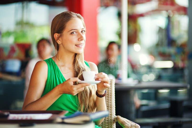 Vrouw die een koffie hebben in openlucht royalty-vrije stock afbeelding