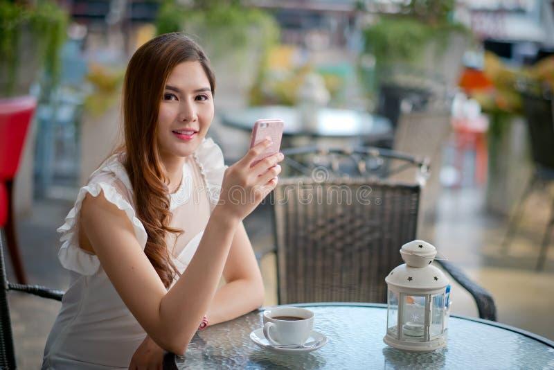 Vrouw die een koffie van een kop in een restaurant drinken stock afbeeldingen