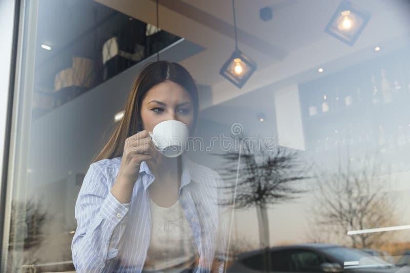 Vrouw die in een koffie werken stock fotografie