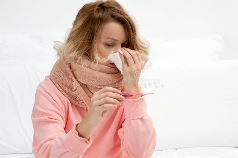 Vrouw die een koude, griep hebben Keelpijn en het hoesten stock afbeeldingen