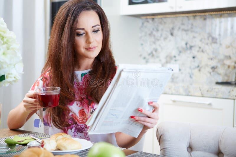 Vrouw die een krant leest stock afbeeldingen