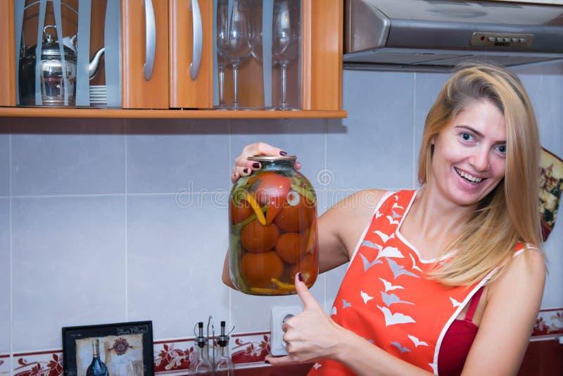 Vrouw die een kruik met pickels houden stock foto's