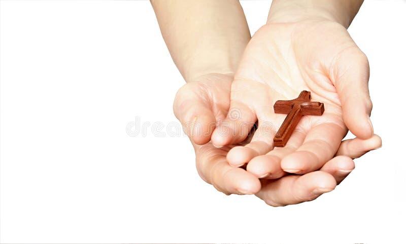 Vrouw die een kruis in haar handen houden stock afbeelding