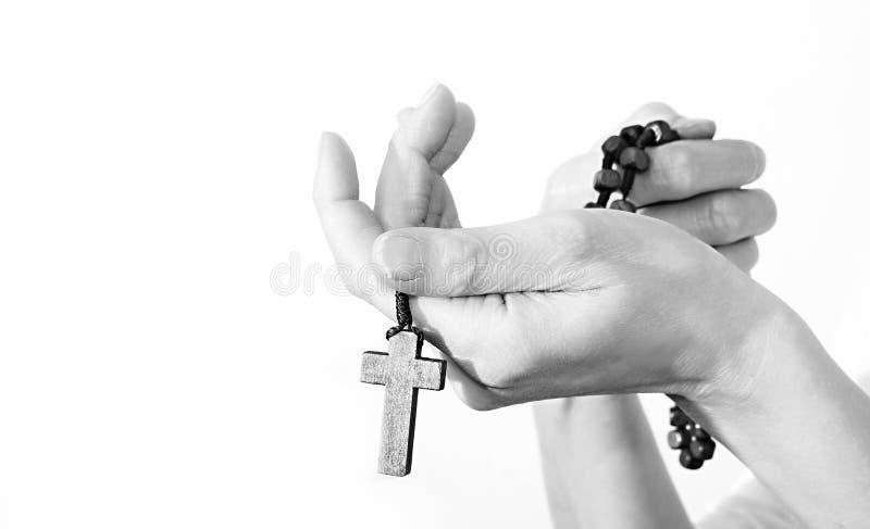 Vrouw die een kruis met rozentuinparels houden royalty-vrije stock fotografie