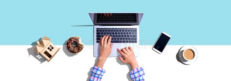 Vrouw die een laptopcomputer gebruikt royalty-vrije stock foto's