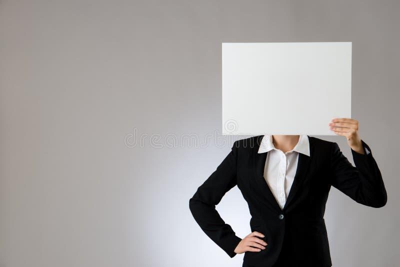 Vrouw die een leeg blad voor hoofd tonen stock foto