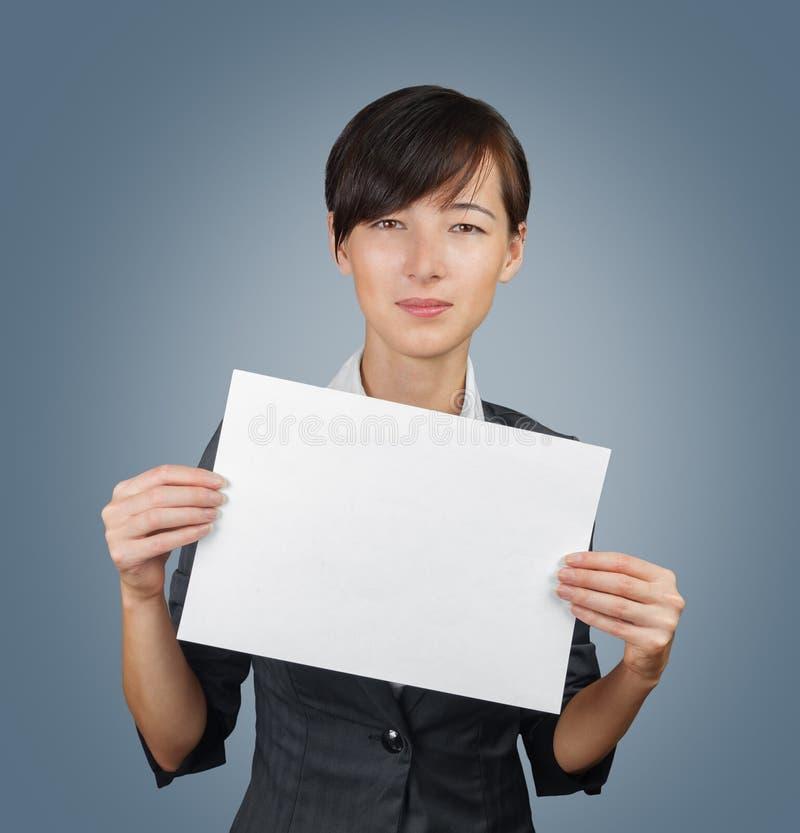 Vrouw die een leeg document houden royalty-vrije stock afbeeldingen