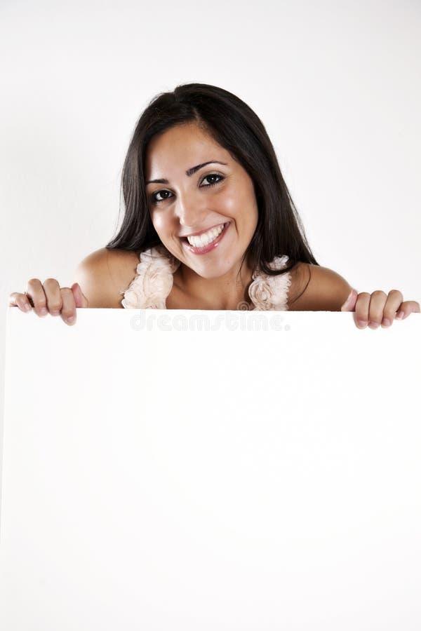 Vrouw die een leeg wit teken houdt stock foto's