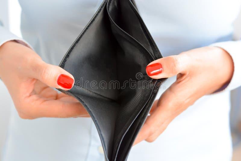 Vrouw die een lege portefeuille houden stock afbeelding