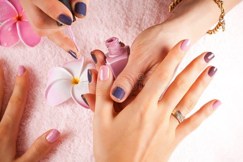 Vrouw die een manicure ontvangen stock foto