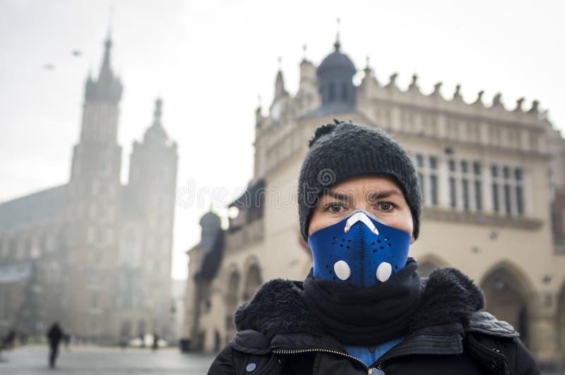 Vrouw die een masker gebruiken, die beschermen tegen smog royalty-vrije stock afbeeldingen