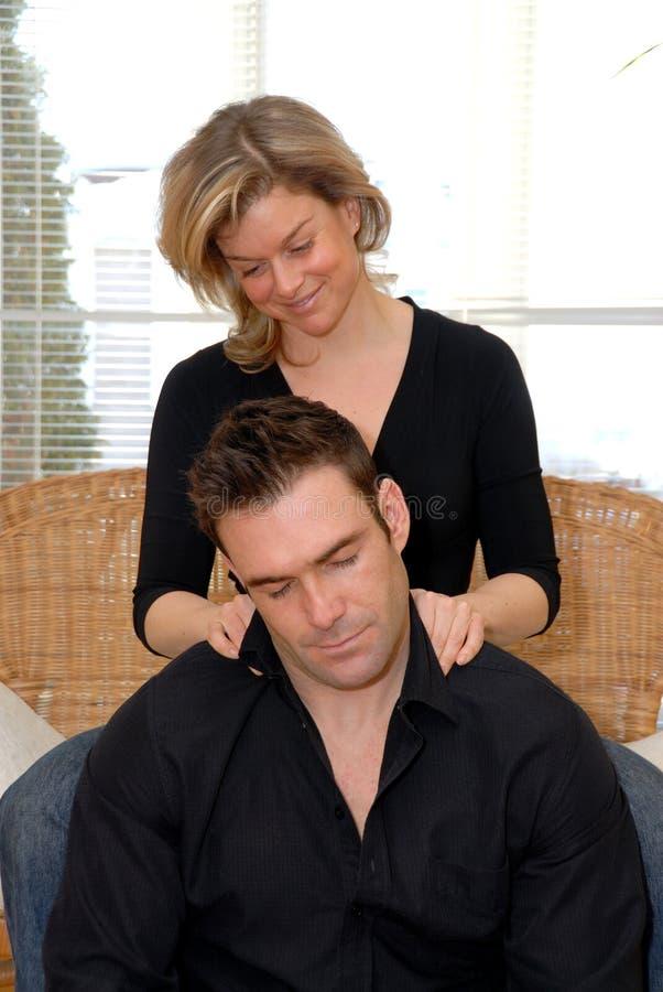 Vrouw die een massage geeft stock fotografie