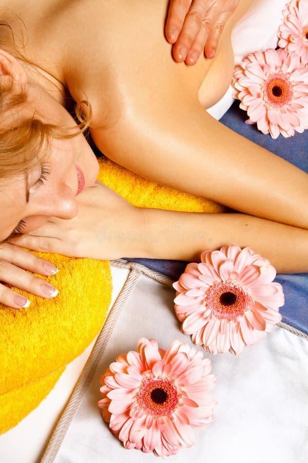 Vrouw die een massage in kuuroordsalon krijgt royalty-vrije stock foto