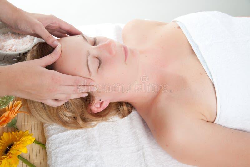 Vrouw die een massage in wellnesscentrum krijgt stock afbeelding