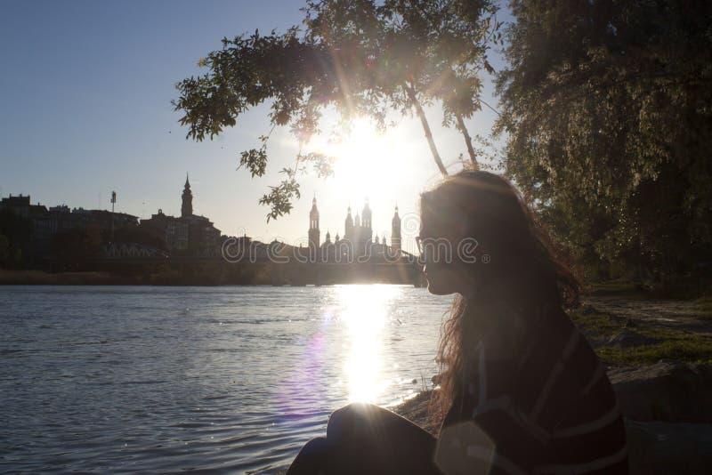 Vrouw die een mening van Zaragoza kijken royalty-vrije stock foto