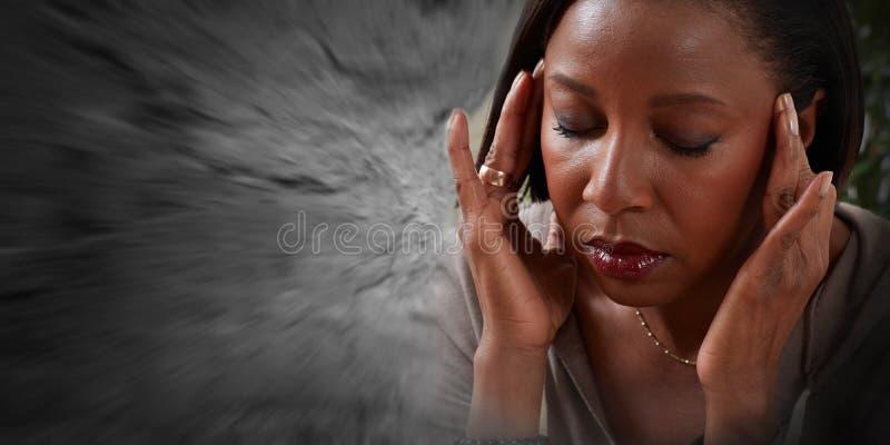Vrouw die een migrainehoofdpijn hebben stock fotografie